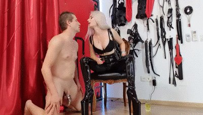 Goddess Sarah – Sniffing And Piss Drinking