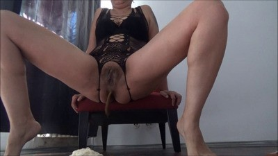 Mistress Roberta – Breakfast On Livingroom Floor POV